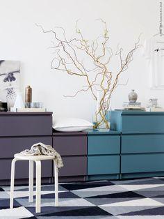 La paleta utilizada en el mueble es muy elegante y original. La rama de sauce eléctrico cierra muy bien la composición.