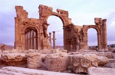 Islamic State militants blow up ancient Arch of Triumph in Palmyra