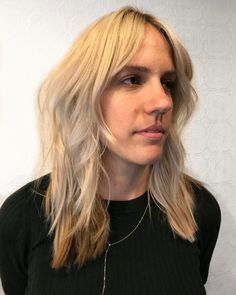 Layered hair has always been trendy and when combined with bangs makes the ultimate combination. Check out these hot layered haircuts with bangs. Layered Thick Hair, Layered Haircuts With Bangs, Textured Hair, Curly Hair Cuts, Curly Hair Styles, Latest Hairstyles, Straight Hairstyles, Tousled Bob, Curtain Bangs