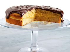 Boston Cream Pie - There's an unwavering appeal to the Boston Cream Pie's two layers of golden sponge cake sandwiching thick custard, all topped with a glossy layer of chocolate. Pie Recipes, Sweet Recipes, Dessert Recipes, Cupcakes, Cupcake Cakes, Boston Cream Pie, American Desserts, Round Cake Pans, Just Desserts