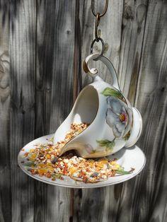 Het voeren van vogels is natuurlijk hartstikke leuk. Des te meer als het voederhuisje zelf is gemaakt! Hier enkele ideeën die ik heb verzame...