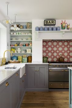 Home Decor Themes This cute little kitchen by DeVol epitomizes what I think of when I hear someone say Country English kitchen. With a simple mantle shelf above the range, and lots of nooks and crannies for display. Shaker Style Kitchen Cabinets, Shaker Style Kitchens, Kitchen Cabinet Styles, Devol Shaker Kitchen, Kitchen Display Cabinet, Little Kitchen, New Kitchen, Kitchen Ideas, Kitchen Black