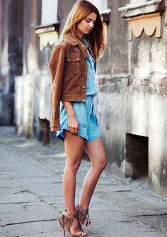 A blogueira Iga Wysocka com macaquinho jeans, jaqueta de suede e sandália de franjas.