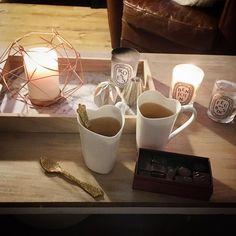 🔥 Soirée d'automne typique à la maison, devant un bon film ☺️ Plateau #casa Photophore et petites bougies #mdm Bougies #diptyque Tasses #alessi Cuillères #sabre Chocolats #lamaisonduchocolat #home #décoration #deco #etjohannahomedecor