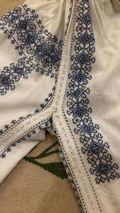 Romanian blouse embroidery detail Blackwork Embroidery, Folk Embroidery, Shirt Embroidery, Embroidery Stitches, Embroidery Patterns, Cross Stitch Patterns, Traditional Fashion, Traditional Outfits, Cross Stitching