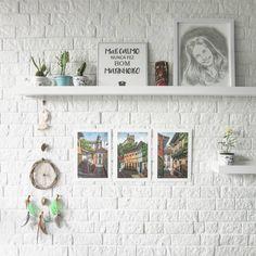 Esse é apenas um pedacinho de como está ficando a decoração das novas prateleiras da sala. Tem de tudo aí: lembranças de viagens, plantinhas, o azulejo da Leroy (que comprei no sábado) e um desenho lindo do namorado. Um cantinho cheio de amor e histórias! ♡ #prateleira #parededetijolinhos #sala #home #details #myhome #homesweethome #homedecor #homestyle #homedesign #diariodadecoracao #homemade #designdeinteriores #instadecor #lovedecor #decor #decoration #decoracao #archicteture #32dobloco4