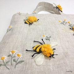 ミツバチ ノ バッグ / Bee felt applique embroidery mini bag - e.no.bag フェルトと刺繍 Embroidery Applique, Embroidery Works, Felt Applique, Pouch Bag, Fashion Sewing, Diy Bags, Wool Felt, Purses, Handmade