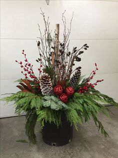 Erstellt von Pots With Pizzazz – Holiday Decoration Outdoor Christmas Planters, Christmas Urns, Outside Christmas Decorations, Christmas Flowers, Christmas Flower Arrangements, Christmas Centerpieces, Lunch Bags, Paper Stars, Red Berries