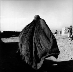 Stephen Dupont – An Afghan woman in a burqa in the Shamsatoo refugee camp near the Pakistani Peshawar, Afghanistan, 2001 Black And White Photo Wall, Photo Awards, Tumblr, Space Gallery, White Aesthetic, Documentary Photography, Event Photos, Creative Studio, Photojournalism