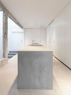 a super sleek concrete kitchen island - Loft de 150 m² à Paris