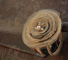 Noblesní Kvalitní český skleněný rokajl i s metalickou úpravou na pamněťovém drátku a textilní květinová aplikace v několika odstínech zlaté a starozlaté. 13 otoček, průměr 6 cm, výška 4 cm, průměr květu 7 cm Je to možná trochu neskromné, ale musím říct, že tenhle se mi opravdu hodně povedl :-)