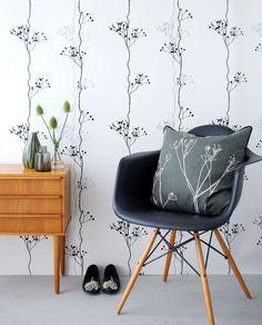 Tapete Berry von Ferm Living. Wir finden das Motiv der schwarzen Beeren absolut cool, denn es gibt der Wand eine klare lineare Struktur, verfügt aber gleichzeitig auch über das gewisse Extra an Verspieltheit.