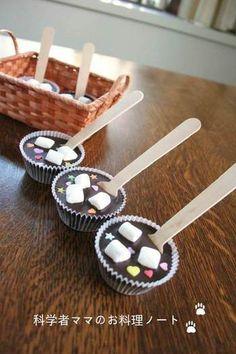 シュガーキャンディーやマシュマロをトッピング。温めた牛乳に入れれば、ホットチョコレートの中にハートや星が浮かんでカワイイ!