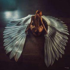 Ange blessé  Ange ou femme, Qui ravive la flamme, En ces jours incertains, Où semble régner le Malin.  Tes craintes sont légitimes, Tes pensées sont tellement intimes, Tes peines et dou…