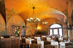 La salle de restaurant de la maison Kammerzell @StrasTourisme Alsace, To Go, Restaurant, Table Decorations, Architecture, Furniture, Home Decor, Christmas 2015, Room