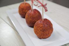 Prepara estas deliciosas y picositas manzanas cubiertas con chamoy, te encantarán y en las fiestas serán la sensación.