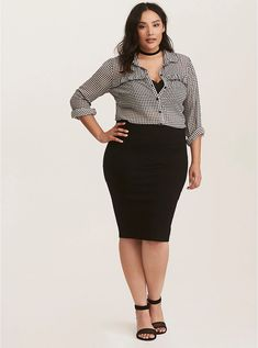 pencil skirt and tshirt outfit Black Pencil Skirt Outfit, Pencil Skirt Casual, Pencil Skirt Outfits, High Waisted Pencil Skirt, Pencil Skirts, Pencil Dresses, Plus Size Pencil Skirt, Plus Size Skirts, Plus Size Outfits