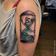 Feita por F.eric_.    Parece enigma, né?! E incrível!  #tattoo #tatuagem #colorida #tempo #caveira #ampulheta