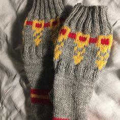 #veikonpäivä #lahja #kummitäti #helavyö #käsityö #villasukat Gloves, Villa, Socks, Winter, Fashion, Stockings, Moda, Fashion Styles, Sock