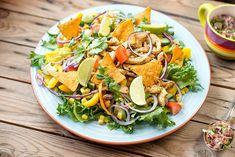 Tämä meksikolaishenkisen broilerisalaatti sopii mainiosti niin lounaaksi kuin illanistujaisiin. Leikkaa jäävuorisalaatti veitsellä ja levitä laakealle tarjoiluvadille. Lohko tomaatit ja leikkaa kurkku... Pasta Salad, Cobb Salad, Superfood, Salads, Cooking, Healthy, Ethnic Recipes, Google, Red Peppers