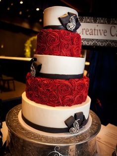 wedding cakes silver Beautiful red and silver wedding cake 38 Black And White Wedding Cake, Round Wedding Cakes, Black Wedding Cakes, Beautiful Wedding Cakes, Gorgeous Cakes, Pretty Cakes, Amazing Cakes, Perfect Wedding, Cake Wedding