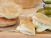Panzerotti al formaggio fritti o al forno senza lievitazione
