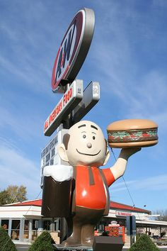 Papa Burger statue at A & W Rootbeer in Faribault, Minnesota. Photo by anglerove. Tom Robbins, Vintage Ads, Vintage Signs, Comic Cat, A&w Root Beer, Unusual Buildings, Vintage Restaurant, Roadside Attractions, Old Signs