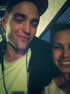 Hollywood News: Fanpics de Rob Pattinson no show da Katy Perry em Londres (27/05)