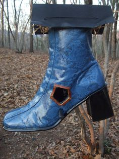 omg  get boots from Sally Anne, make em into bird houses and put them along the Frame Lake trail.. boot birdhouse