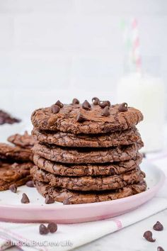 Chewy Chocolate Brownie Cookies – these thin chocolate cookies are chewy and delicious. Great recipe to fill with your favorite ice cream for an amazing summer treat! Chocolate Brownie Cookie Recipe, Chocolate Brownie Cookies, Bakers Chocolate, Chewy Brownies, Köstliche Desserts, Delicious Desserts, Dessert Recipes, Candy Recipes, Sweet Recipes