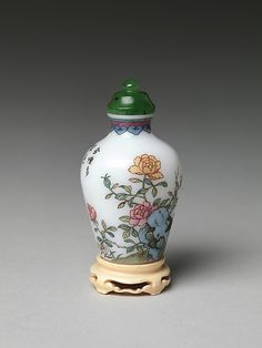 Decorative Accessories. Snuff Bottle with Rocks and Peonies. Qing dynasty (1644–1911), China.