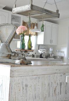 bonne idée déco entre les meubles de cuisine blanc et l'ancien