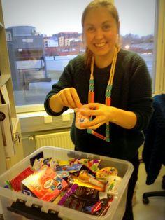 Mitäs oikein puuhaat, Hanna? Sokerinäyttely valmisteilla Kouluruokapäivän Ruoka-aika!-työpajaan. #kouluruokapäivä