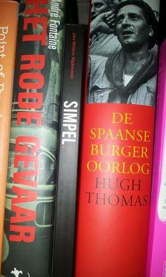 Noud de Greef @Noud    Ik twijfel over de beste plek voor @jwalphenaar 's #SIMPEL in de boekenkast...