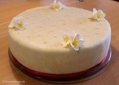 Kage med frangipani blomster