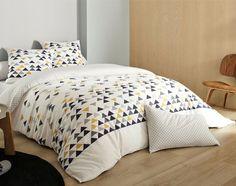 Tous ces petits triangles s'imbriquent pour créer un décor scandinave et minimaliste sur la housse de couette de cette parure de lit.