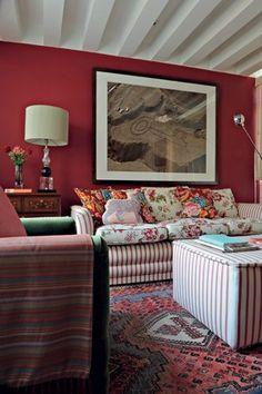 Estampas e cores em profusão Nesta saleta de TV, a designer de interiores Neza…