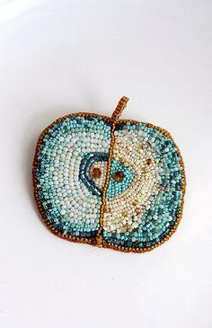 """Helen Kolomoets. Brooch """"Green Apple"""". Beadwork. Елена Коломоец. Брошь """"зеленое яблоко"""". Вышивка бисером."""