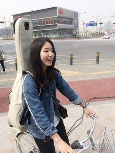 Park Shin Hye is riding a bike! Korean Actresses, Korean Actors, Actors & Actresses, The Heirs, Korean Star, Korean Girl, Lee Jung Suk, A Love So Beautiful, Park Bo Young