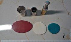 Хочу показать вам, как сделать несложный, но, надеюсь, эффектный кулон.Для работы необходимо: полимерная глина серого цвета и еще три цвета на выбор; паста машина или скалка; каттеры разных диаметров; нож, дотс, наждачная бумага, шило; черная акриловая краска; матовый лак для полимерной глины; вощеный шнур, фурнитура для сборки; хорошее настроение :) Итак, приступим.