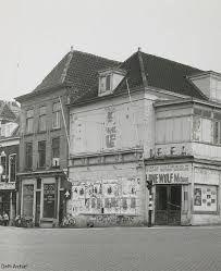 Delft, Binnenwatersloot. Delfia bioscoop in verval. Delft, City Scene, Gravure, Netherlands, Dutch, Multi Story Building, Louvre, Mansions, House Styles
