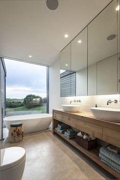 Badkamer met mooie houten badmeubels en een prachtig uitzicht.