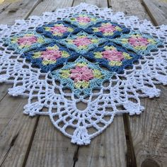 Continues to crochet flower squares, made some small adjustment on the edge this time. Love the printed colors Yarn: järbo 8/4 from @jarbogarn Hook: 2,5 #crochet_millan Design