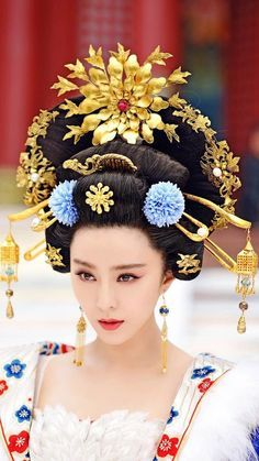 The Empress of China (simplified Chinese: 武媚娘传奇) is a 2014 Chinese television drama based on events in and Tang dynasty, starring producer Fan Bingbing as the titular character Wu Zetian—the only female emperor in Chinese history. Fan Bingbing, Oriental Fashion, Asian Fashion, Chinese Fashion, Traditional Fashion, Traditional Outfits, Wu Zetian, The Empress Of China, Chinese Emperor