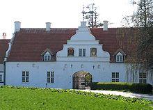 Wedellsborg Slot, Fyn - Wedellsborg er en gammel sædegård, som nævnes første gang i 1295 og kaldt Husbygaard. Senere kaldt Iversnæs fra 1350 til 1672. Grevskabet Wedellsborg er oprettet i 1672 af rigsfriherre Wilhelm Friedrich von Wedell fra Stormarn i Tyskland.