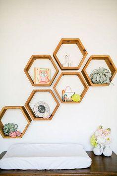 Ahşap Palet Parçaları İle 40 Duvar Dekorasyonu Fikirleri 40 ideas for wall decoration with wooden pa Hexagon Shelves, Honeycomb Shelves, Geometric Shelves, Diy Casa, Home And Deco, My Room, Modern Decor, Modern Nursery Decor, Room Inspiration