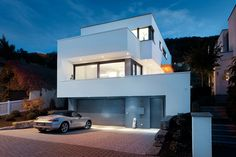 Wohnhaus im Bauhausstil inklusive Rheinblick: Energiesparende Bauweise. Kompakter geometrischer Baukörper von KASTELL Massivhaus.