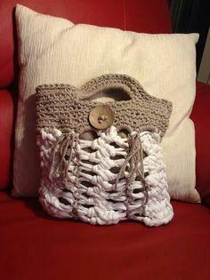 Borsetta con fettuccia bianca e filo ecru' di cotone lavorata con forcella.