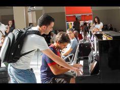 【神技】フランスで偶然出会った旅行客のピアノ二重奏が美しすぎるとtwitterで話題に 【ピアノ二重奏の神技】 - YouTube