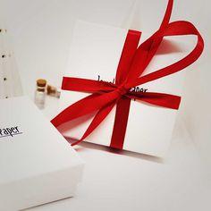 Étiquettes cadeau  For you Merry Christmas  - couleur bleue  ••••••••••••••••••••••••••••••••••••••••••••••••••••••••••••••••••  Le paquet contient 10 étiquettes.  ‣ Diamétre : 5 cm  ‣ Composition : papier et encre  Toutes les étiquettes sont uniques et tamponées par moi-même.  ➤ Cet For You, Composition, Gift Wrapping, Jewels, Gifts, Etsy, Ink, Paper, Color Blue